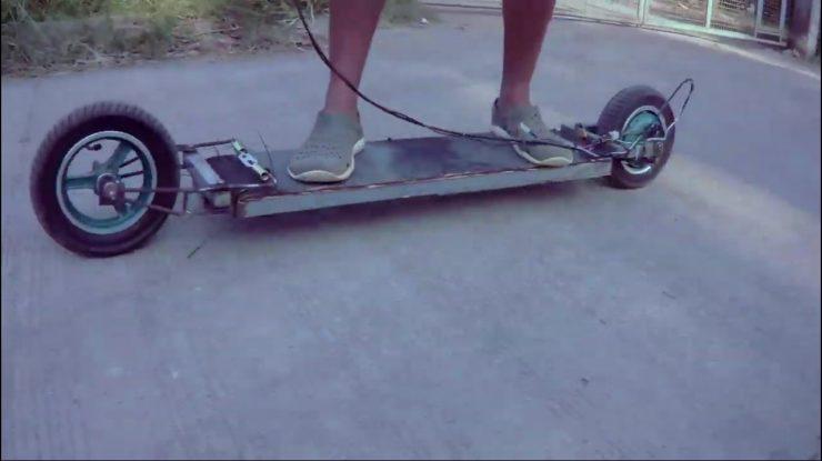 Уникальный электрический самокат с двумя колесами и без руля