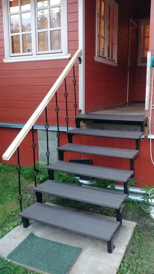 Красивая лестница на металлическом каркасе для крыльца своими руками