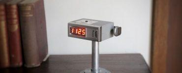 Часы в корпусе старой фотовспышки