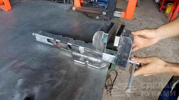 Слесарные тисы для работы с металлом
