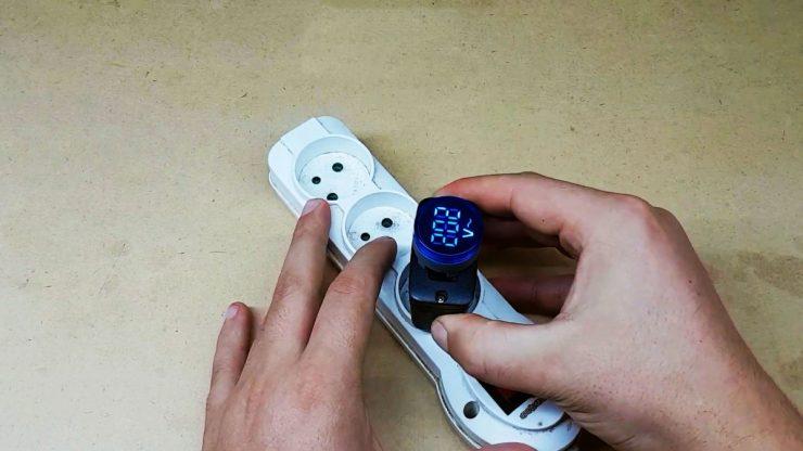 Как сделать сетевой вольтметр из корпуса старой зарядки от телефона
